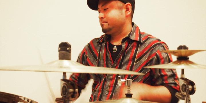 드럼을 두드리는 다카노씨