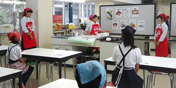 구리다니 초등학생의 학생에게 요리를 가르치고 있는 모습