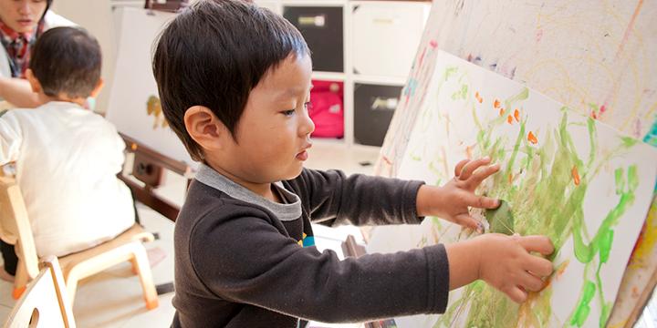 잎을 사용해 그림을 그린 아이의 모습